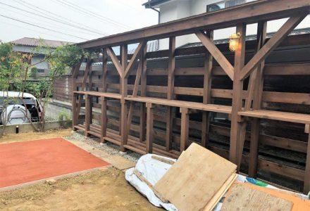 天然木製の薪棚、ウッドデッキ、自転車置場。