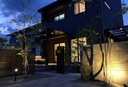 モダンな住宅と温かみある空間。